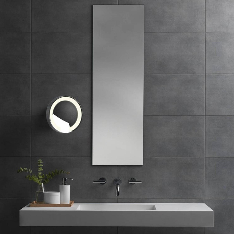 Elegante Specchio Con Sistema Di Illuminazione Integrato E Braccio